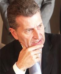 """Zerknirscht: Günther Oettinger wird von 39 % der CDU Anhänger mit """"Geht so"""" bewertet. Foto: Landwehr."""