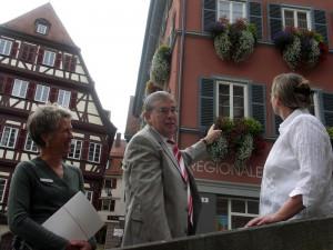 Tübinges Erster Bürgermeister Michael Lucke (mitte) könnte sich vorstellen auf die Blumen zu verzichten.